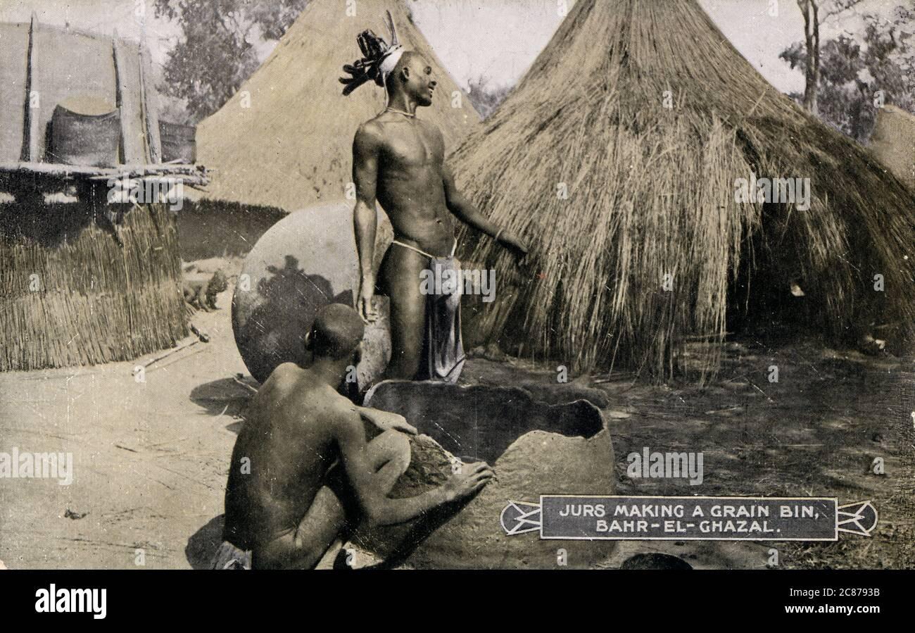 Hommes de la tribu Luwo qui font un bac à céréales dans la région de Bahr-el-Ghazal ('sea de Gazelles') du Sud Soudan, en Afrique. Les Luwo (également appelés Jur Chol et Luo de Bahr el Ghazal) sont un groupe ethnique nilotique qui vit dans les parties occidentales du Sud Soudan. Date : vers les années 1920 Banque D'Images