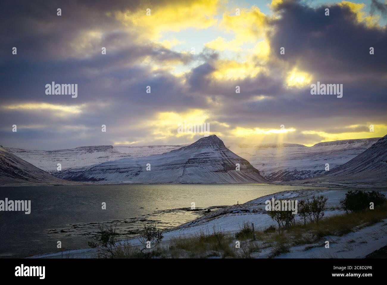 Belle vue ensoleillée sur la montagne dans l'ouest fjords Islande Banque D'Images
