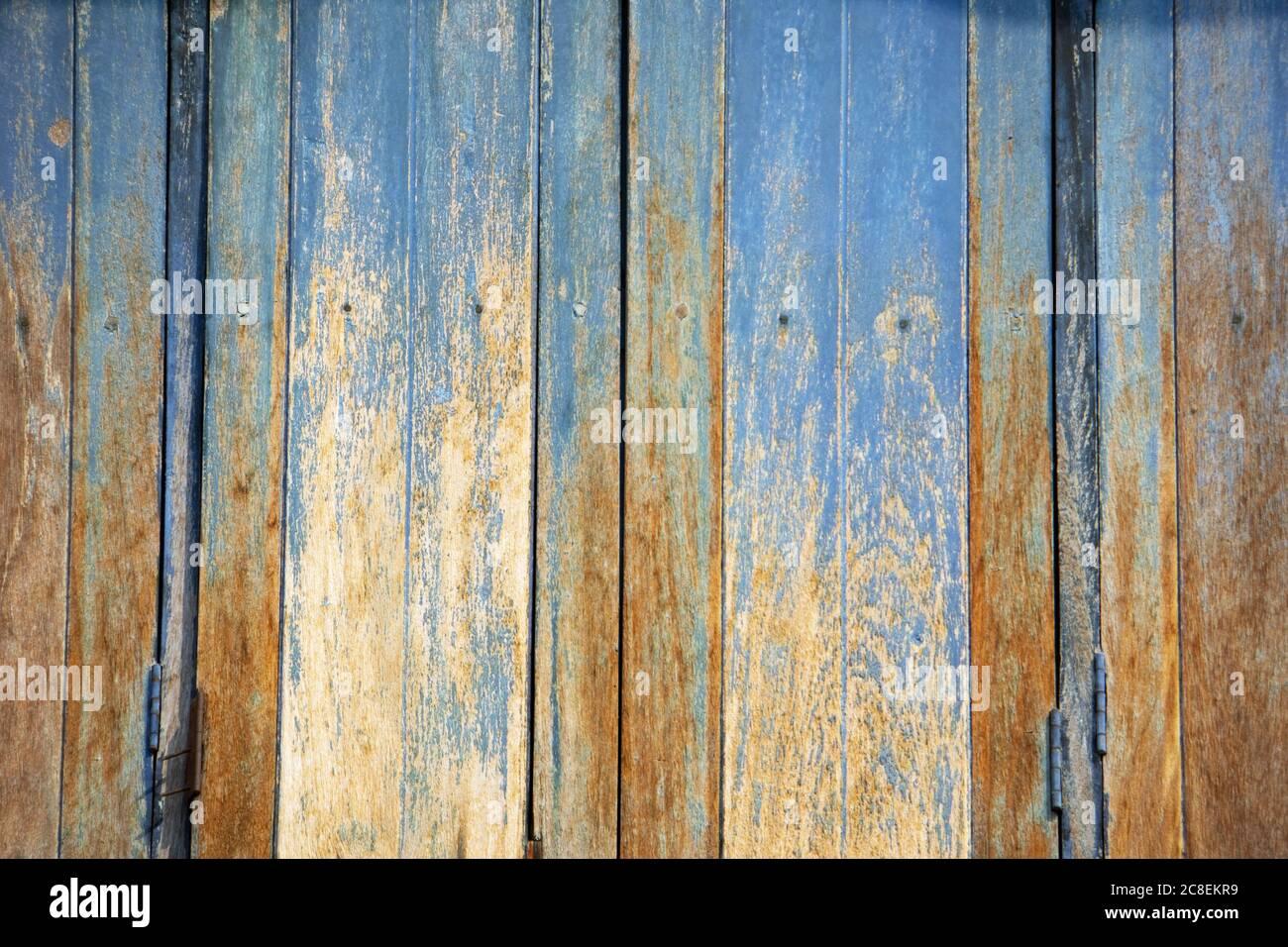 Fond de texture de bois patiné avec peinture bleu pâle et motifs abstraits d'une maison en bois en Thaïlande. Banque D'Images