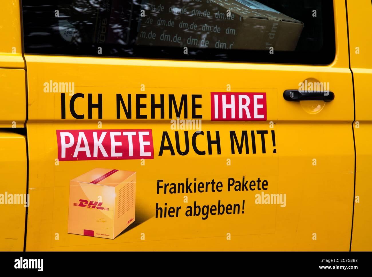 Porte d'un transporteur DHL indiquant que des colis sont transportés. (ICH nehme auch ihre Pakete mit) Banque D'Images