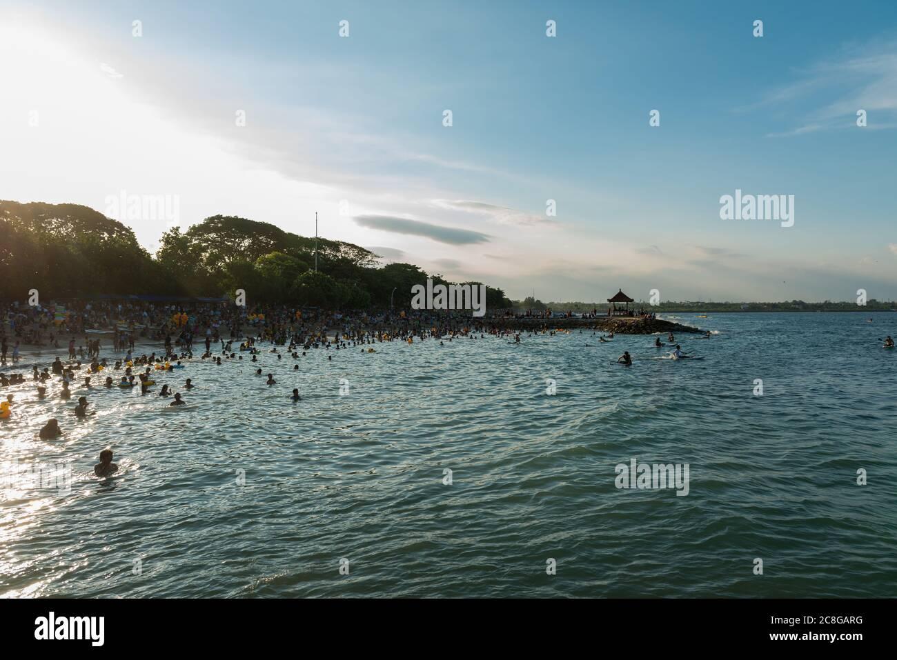 Vue sur les inconnus à la plage Banque D'Images