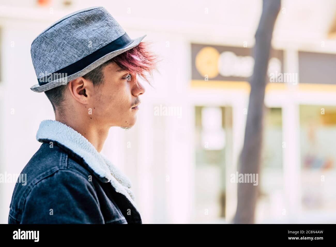 Belles personnes jeunes teeanger alternative style portrait tendance avec ville concept urbain en arrière-plan - cheveux colorés et l'artiste chapeau mode look Banque D'Images