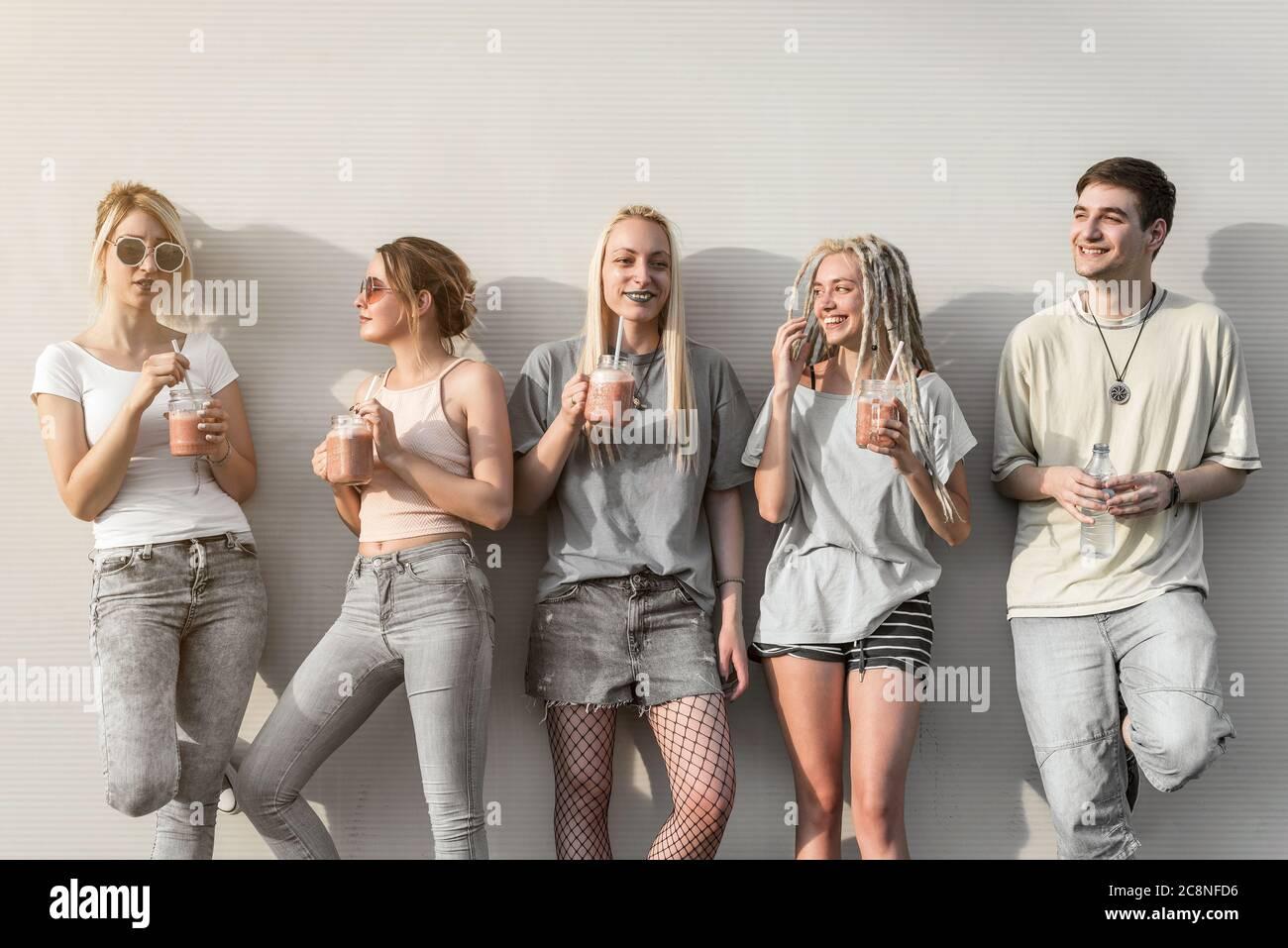 Groupe de jeunes qui s'amusent et boivent des smoothies Banque D'Images
