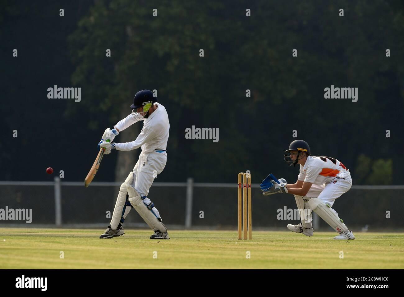 Une brume laiteuse causée par la fumée des feux de brousse australiens est suspendue dans les airs lors d'un match de cricket dans le nord-est de Victoria, en Australie Banque D'Images