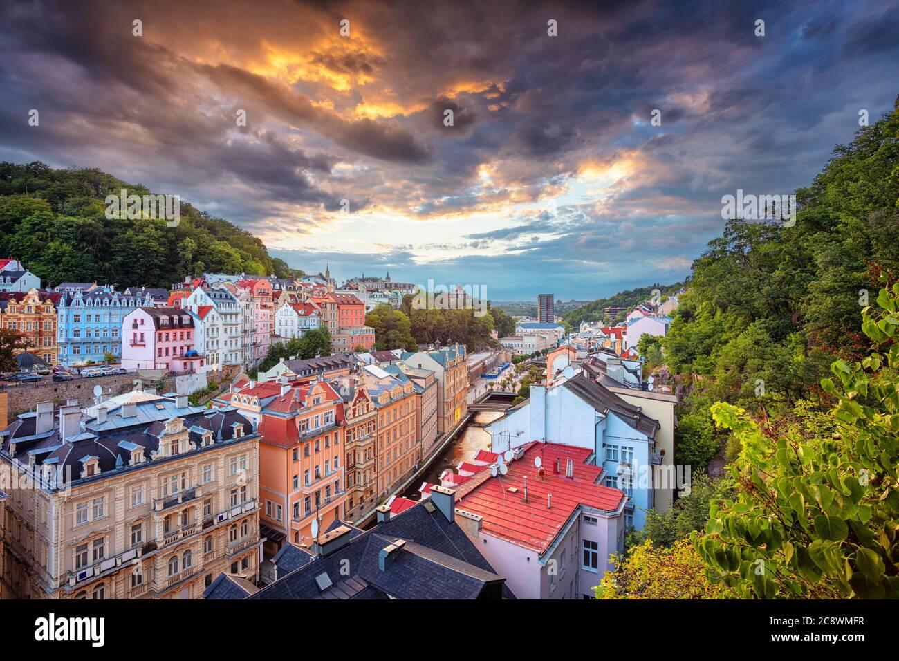 Karlovy Vary, République tchèque. Image aérienne de Karlovy Vary (Carlsbad), situé en Bohême occidentale au beau coucher du soleil. Banque D'Images