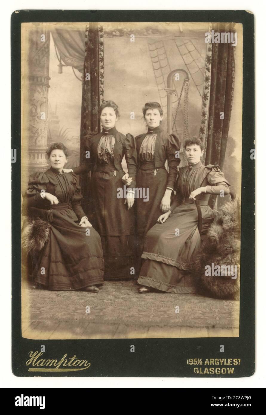 Carte victorienne de quatre femmes éventuellement liées, avec toile de fond élaborée, vers 1894, Hampton studio, Argyle St. Glasgow, Écosse, Royaume-Uni Banque D'Images
