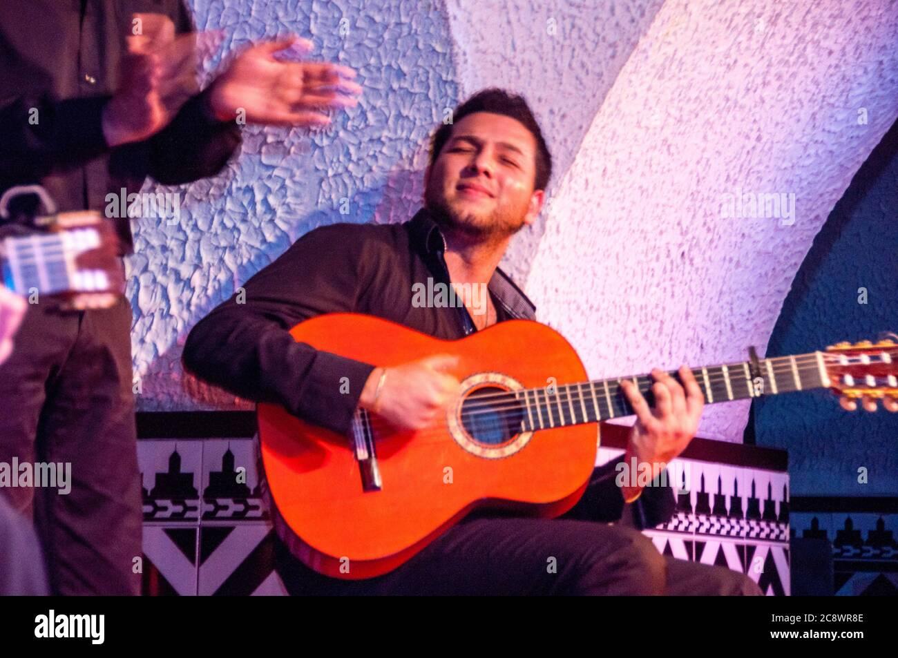 La guitare espagnole fait partie intégrante de la danse flamenco, une forme de narration étroitement associée aux tziganes roms andalous. Banque D'Images