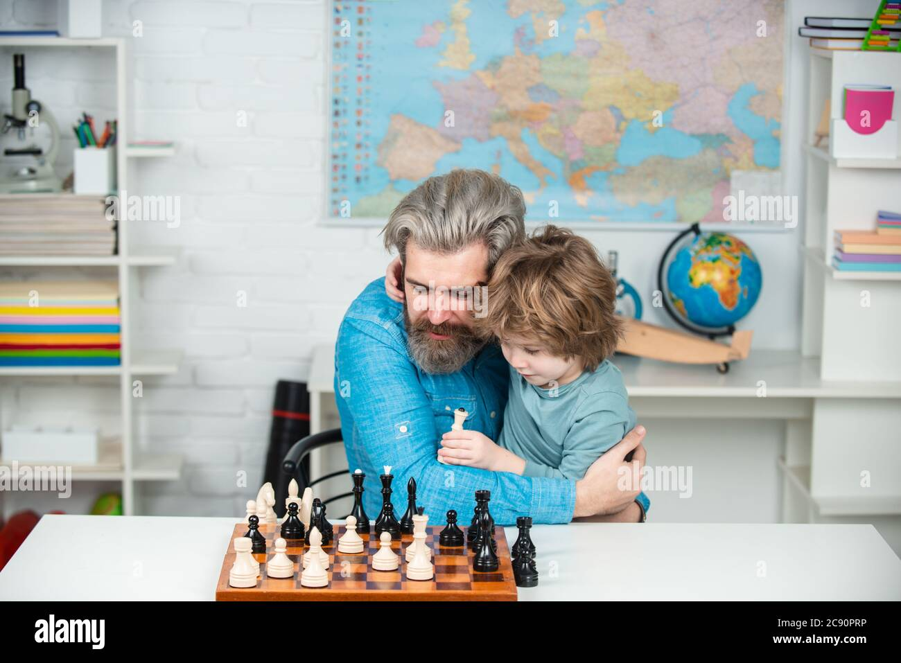 Jeux bons pour le concept de l'intelligence du cerveau. Enfants intelligents. Enfant élève pensant à sa prochaine étape dans une partie d'échecs. Jeux éducatifs. Banque D'Images