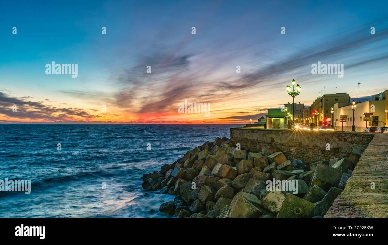 Promenade de Cadix au crépuscule, Andalousie, Espagne Banque D'Images