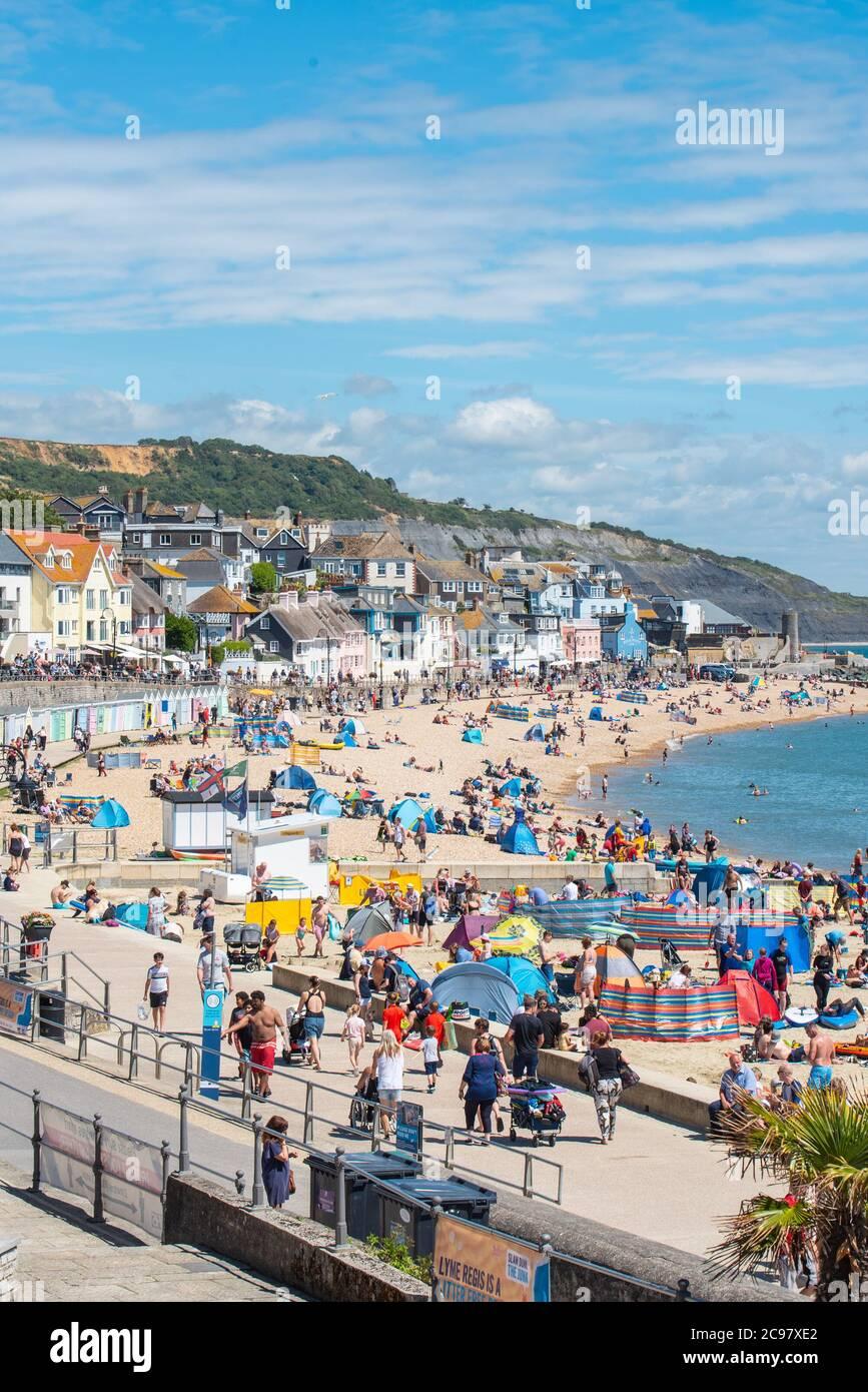 Lyme Regis, Dorset, Royaume-Uni. 29 juillet 2020. UK Weather: La plage de la station balnéaire de Lyme Regis a été rempli de vacanciers et de familles en s'imprégnant du soleil brûlant cet après-midi. Credit: Celia McMahon/Alamy Live News Banque D'Images