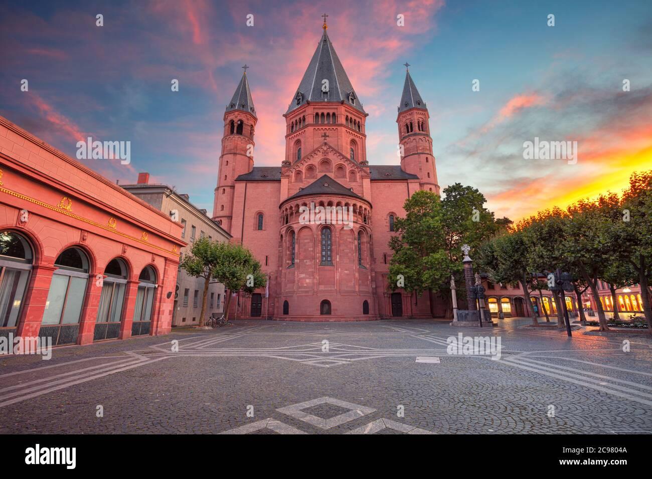 Mayence, Allemagne. Image de paysage urbain du centre-ville de Mayence avec la cathédrale de Mayence au beau coucher du soleil. Banque D'Images
