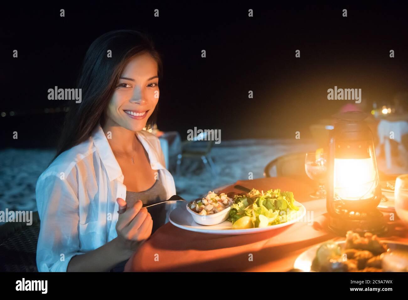 Diner Romantique Sur La Plage La Nuit Au Restaurant Du Complexe Voyage De Luxe De Vacances