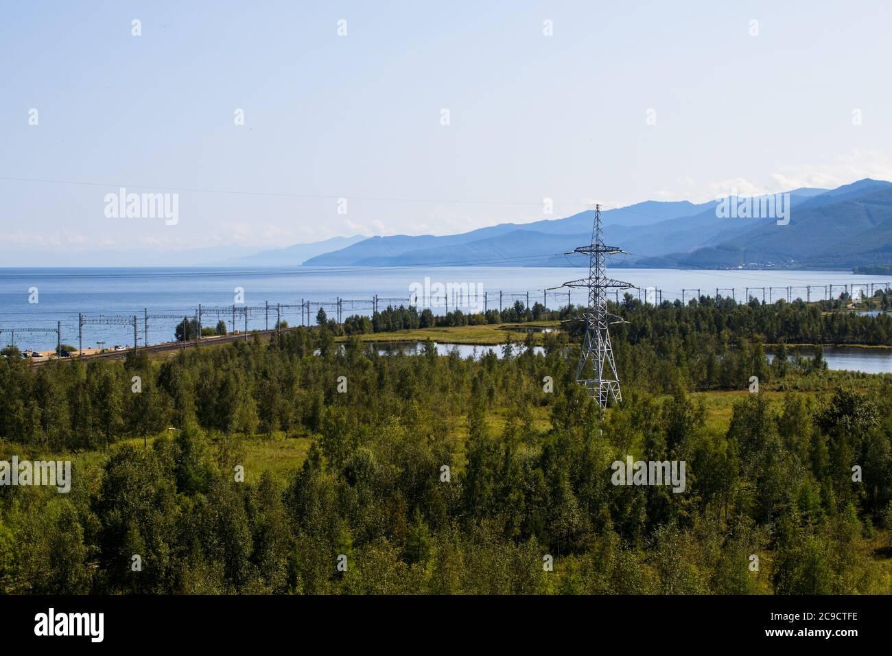 Vue sur la section du chemin de fer transsibérien près de la ville de Slyudyanka, région d'Irkoutsk, Russie. Lac Baikal. Banque D'Images