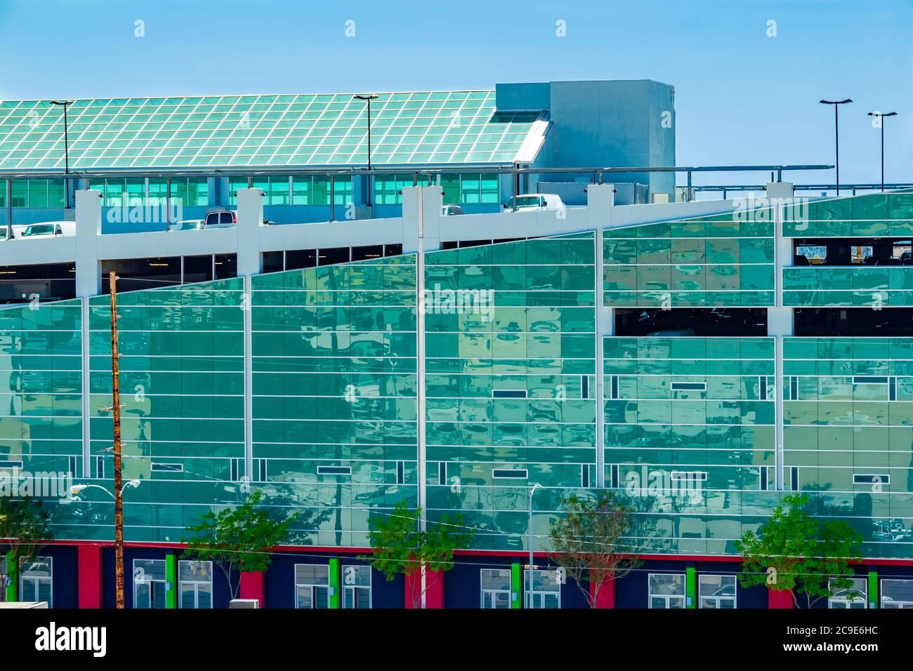 L'architecture de Los Angeles est même magnifique pour ses garages de stationnement. Les côtés en miroir reflètent les environs du quartier du centre-ville. Banque D'Images