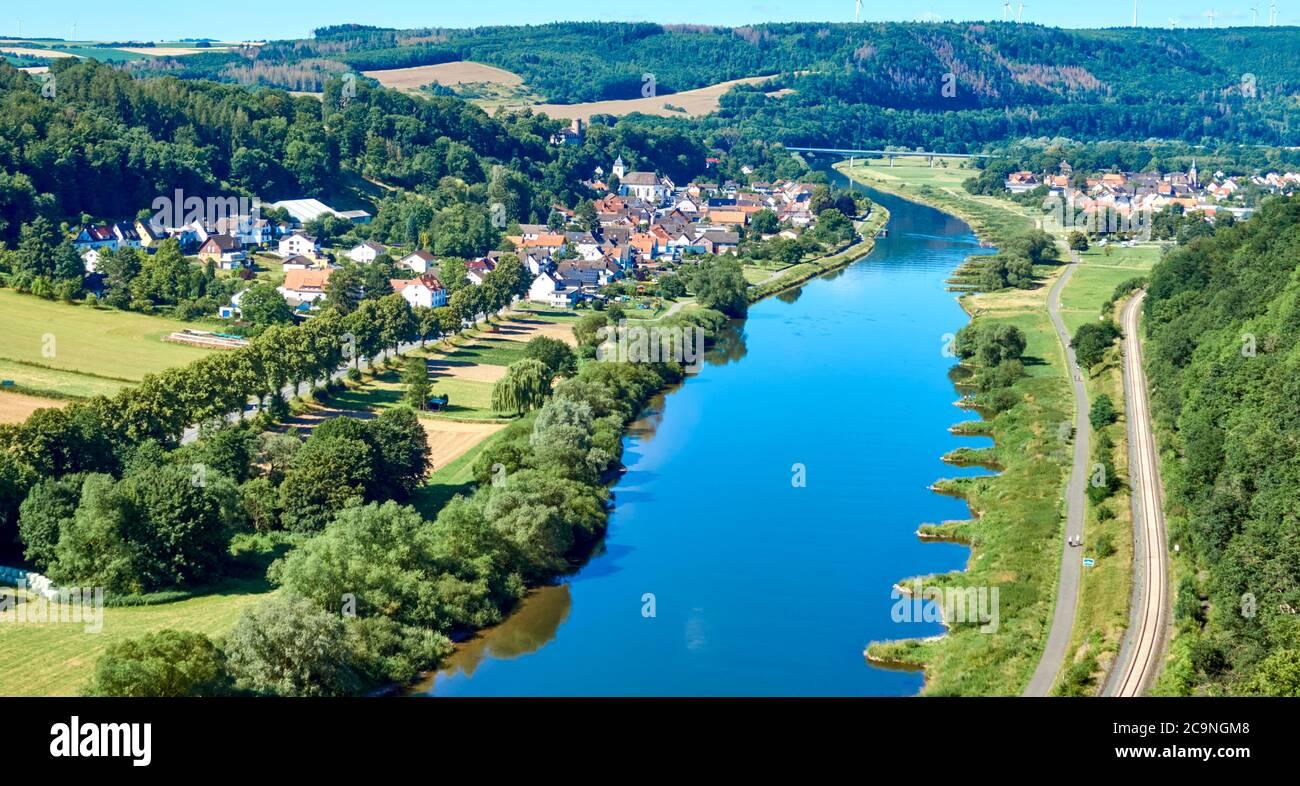 Vue aérienne du Weser près de Beverungen, Allemagne, avec champs et prairies en premier plan Banque D'Images