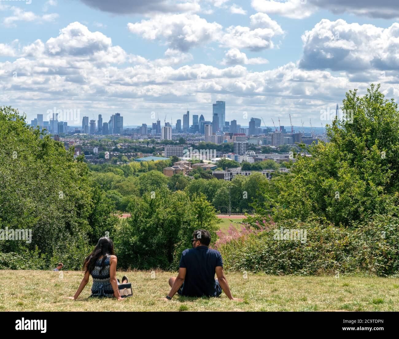 2 août 2020 - Londres, Royaume-Uni. Couple bénéficiant d'une vue panoramique sur Londres depuis le parc de Hampstead Heath. Banque D'Images