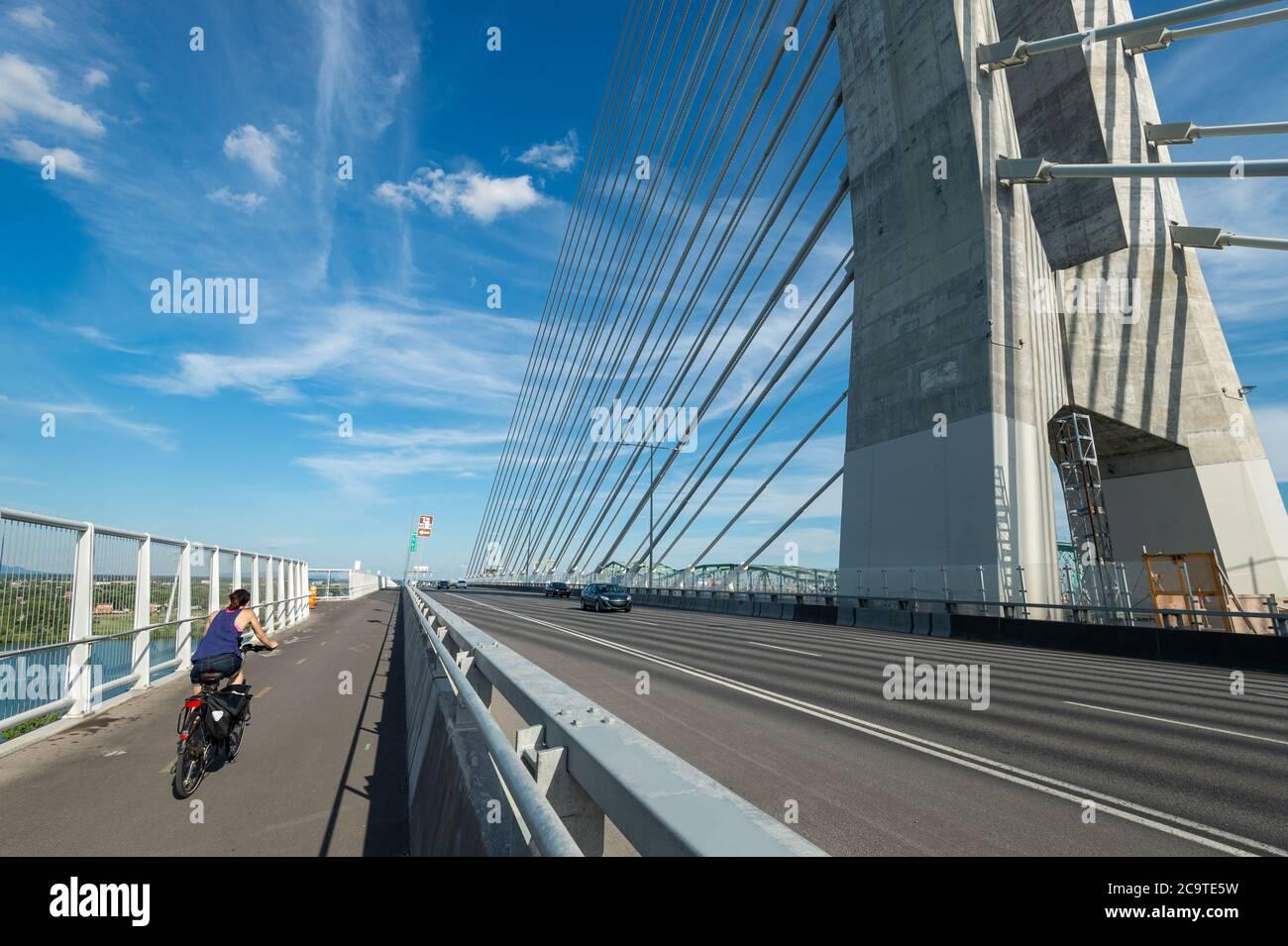 Montréal, CA - 31 juillet 2020 : sentier polyvalent sur le nouveau pont Samuel de Champlain Banque D'Images