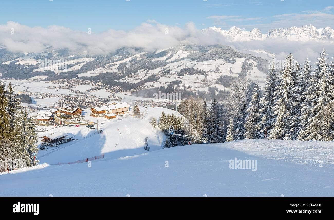 Vue panoramique sur les pistes de ski de Kirchberg à Tirol, une partie du domaine skiable de Kitzbühel en Autriche. Banque D'Images