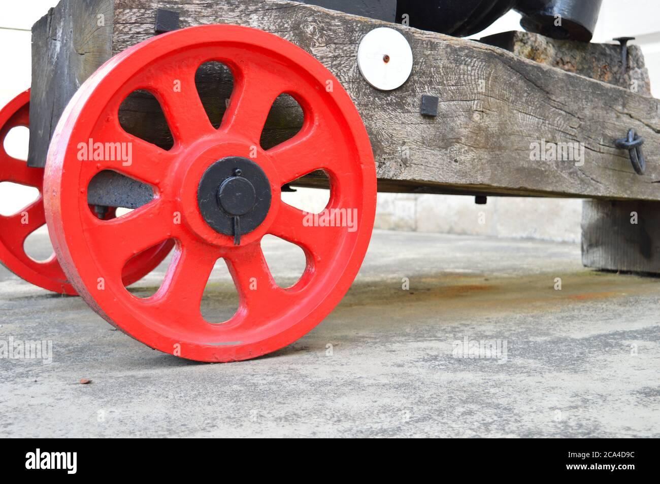 Roues rouges d'un canon Banque D'Images