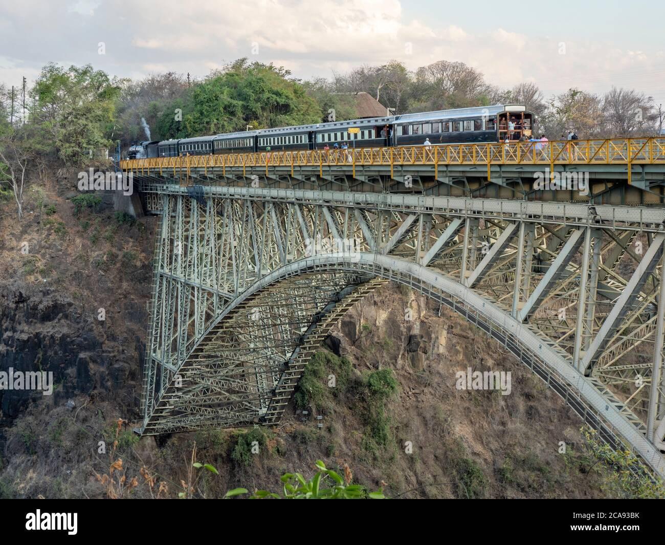 Vue sur le pont au-dessus des chutes Victoria sur le fleuve Zambèze, site classé au patrimoine mondial de l'UNESCO, à cheval sur la frontière de la Zambie et du Zimbabwe, en Afrique Banque D'Images