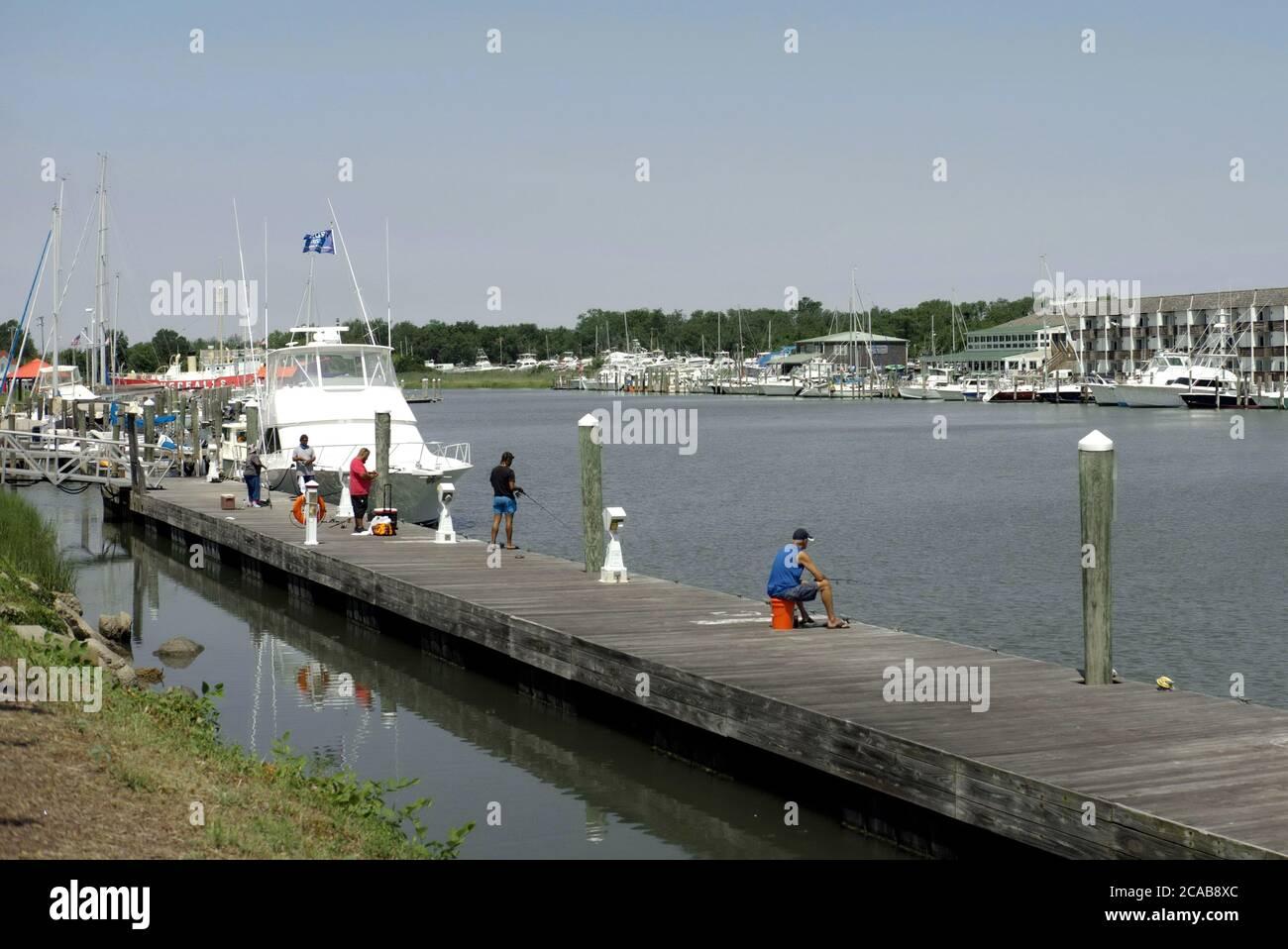 Un groupe de pêcheurs à la ligne pêchant à partir d'un quai. Banque D'Images