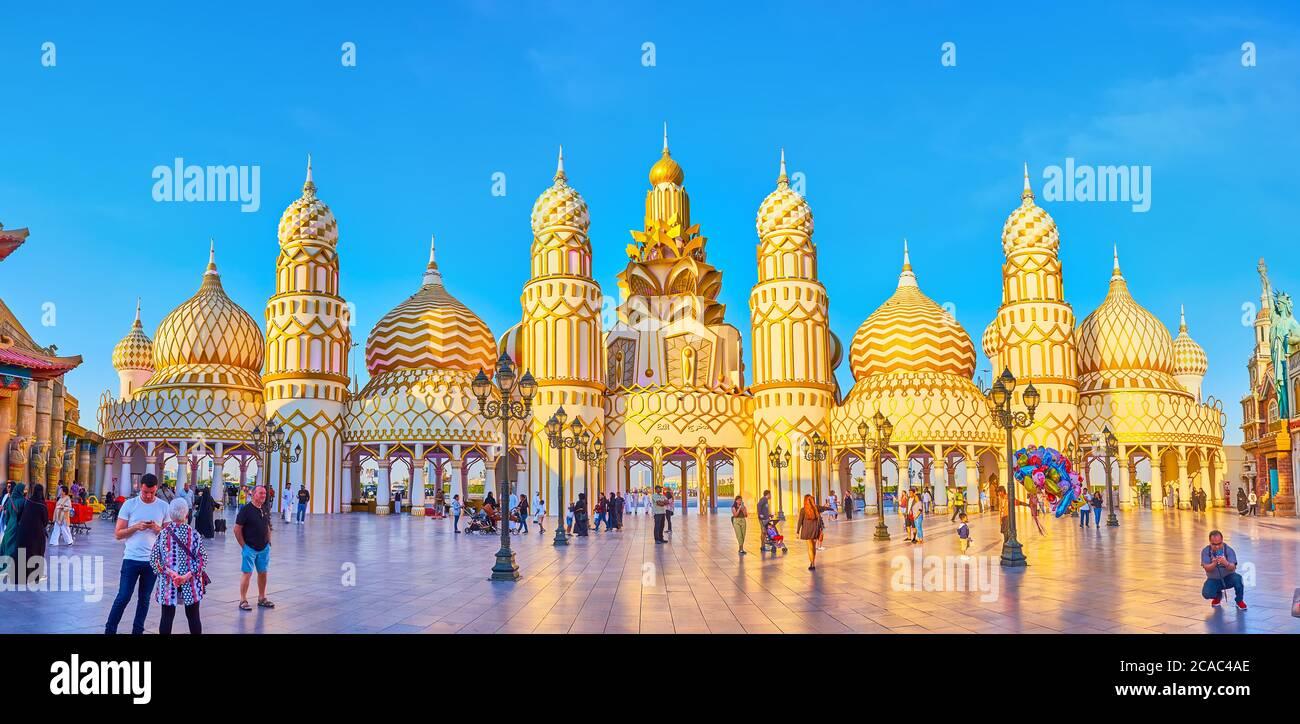 DUBAÏ, Émirats Arabes Unis - 5 MARS 2020 : Panorama de la porte du monde dans le village global de Dubaï, décoré de tours et de dômes de style oriental, couvert de gi Banque D'Images