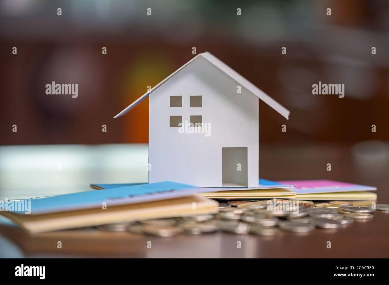 Maisons modèles et pièces empilées. Prêts à la maison. Prêts hypothécaires et prêts. Banque D'Images