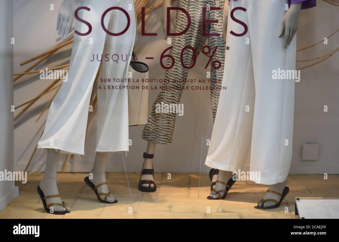 """*** STRICTEMENT AUCUNE VENTE AUX MÉDIAS OU ÉDITEURS FRANÇAIS - DROITS RÉSERVÉS ***03 août 2020 - Paris, France: Fenêtre avant d'un magasin de détail lisant """"ventes jusqu'à moins 60 pour cent"""" près de la place de la Madeleine. Les magasins de luxe de Paris sont gravement touchés par la crise Covid, les touristes riches restant loin en raison des restrictions de voyage et des craintes du coronavirus. Une vitrine de promotion des soldes dans une boutique pres de la place de la Madeleine. Les boutiques de luxe font face à une chute de leur clientèle traditionnelle du fait de la caisse du Covid-19 et des restrictions de voyage. Banque D'Images"""