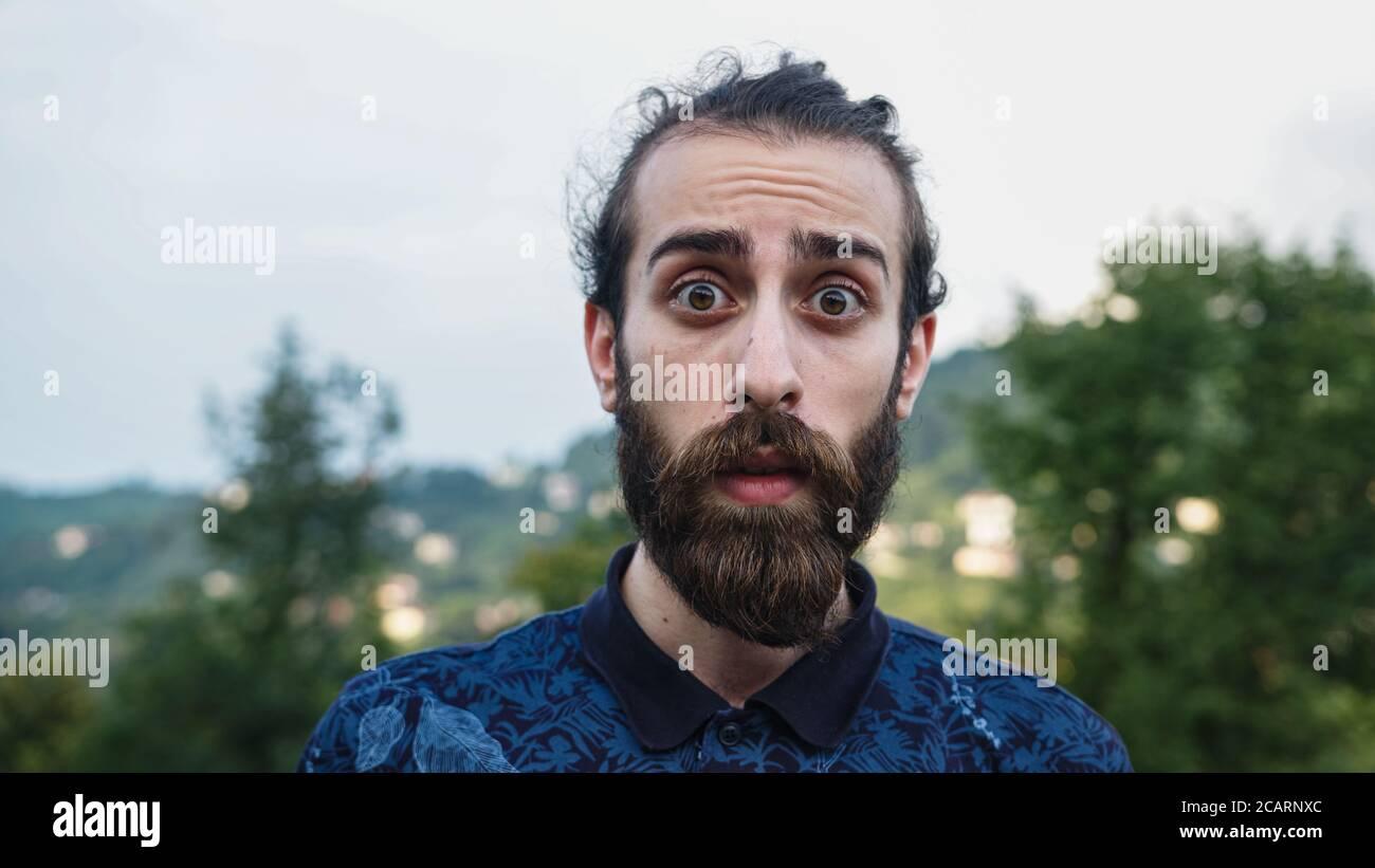 Jeune blanc-peau choqué visage beau hipster personne dans la nature vie concept de style Banque D'Images