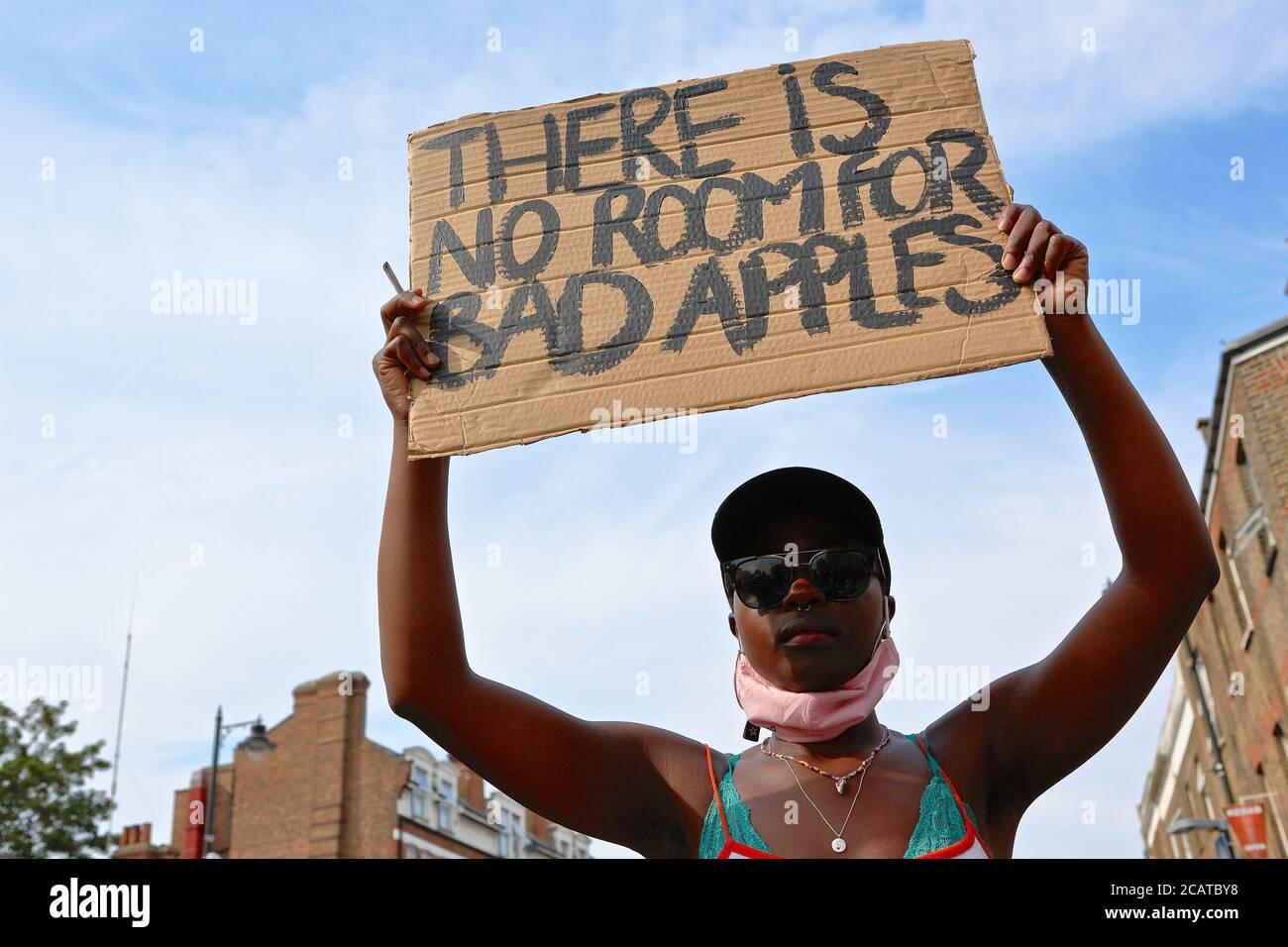 Tottenham - Londres (Royaume-Uni), août 8 2020: Une coalition de groupes activistes rassemblement en dehors du poste de police de Tottenham racisme et violence de la police. Banque D'Images