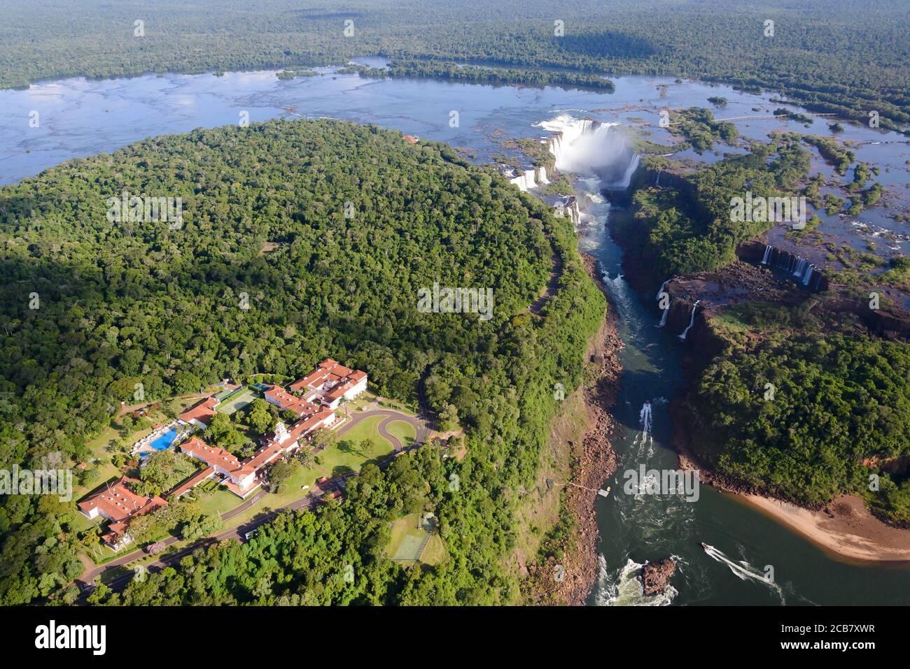 Belmond Hotel das Cataratas et chutes d'Iguazu dans le parc national d'Iguassu, Brésil. Vue aérienne de la forêt tropicale et de la cascade au Brésil et en Argentine. Banque D'Images