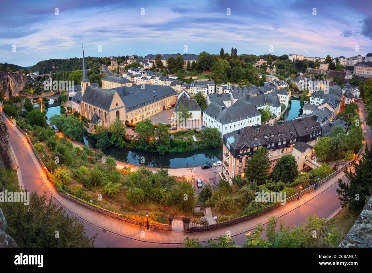 Luxembourg. Image de paysage urbain aérien de la vieille ville de Luxembourg au coucher du soleil d'été. Banque D'Images