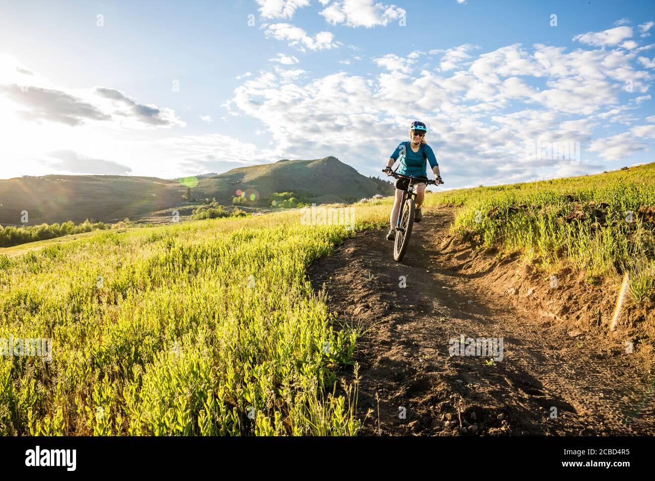 Une femme qui escalade le sentier sur Lewis Butte à l'extérieur de Winthrop, Washington, un après-midi ensoleillé en mai. Banque D'Images