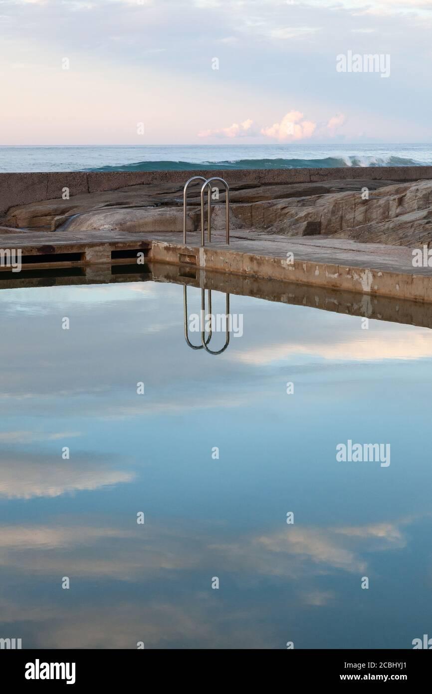 Des réfrections fraîches à l'Ocean Pool, Yamba, Nouvelle-Galles du Sud, Australie Banque D'Images