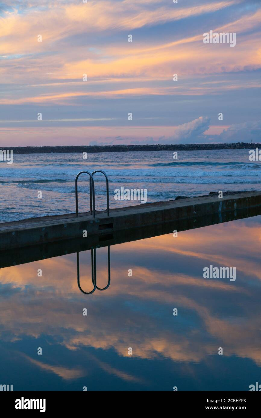 Coucher de soleil à la piscine de l'océan Yamba, Nouvelle-Galles du Sud Australie Banque D'Images