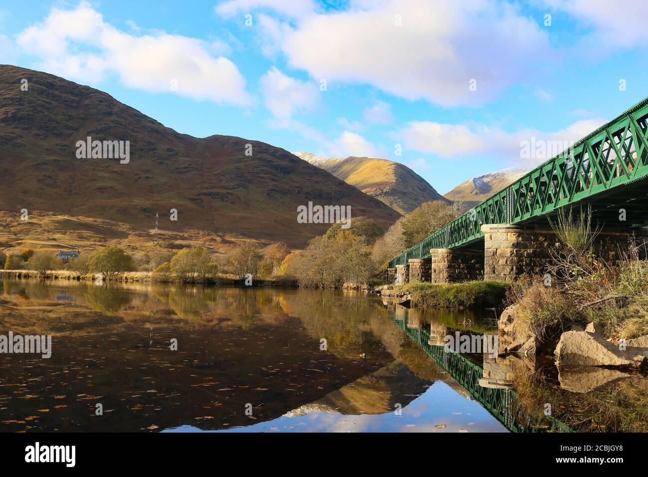 Pont ferroviaire au-dessus de Lock Awe, Écosse. Banque D'Images