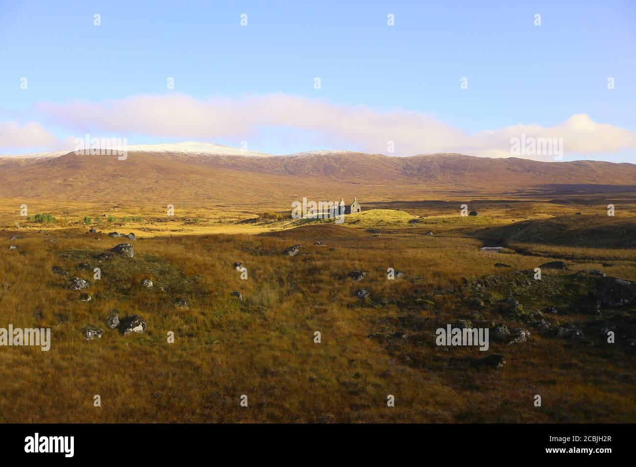 Les Highlands écossais avec une ruine qui a l'air très sombre. Banque D'Images