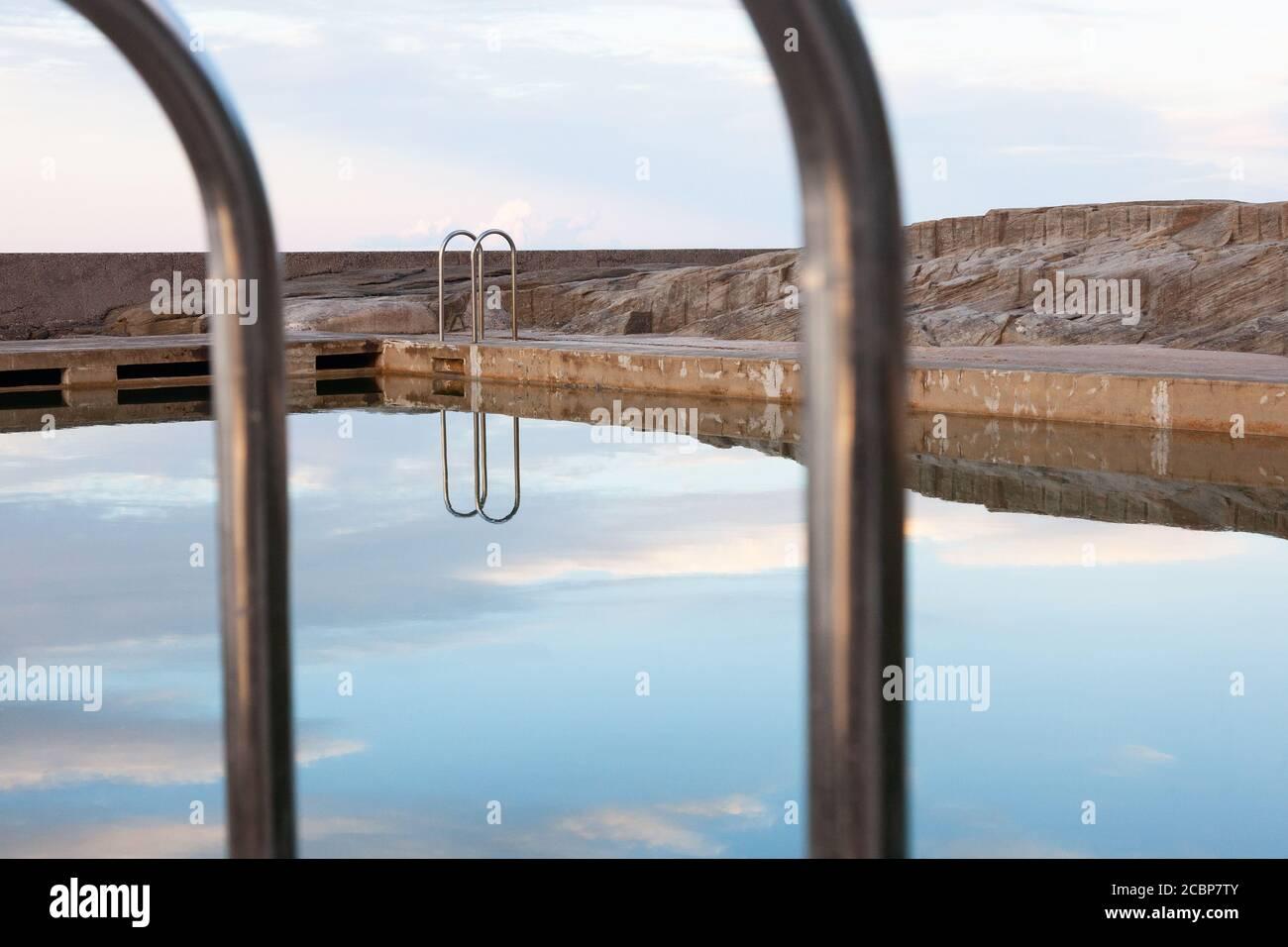 Refections at the Ocean Pool, Yamba, Nouvelle-Galles du Sud, Australie Banque D'Images