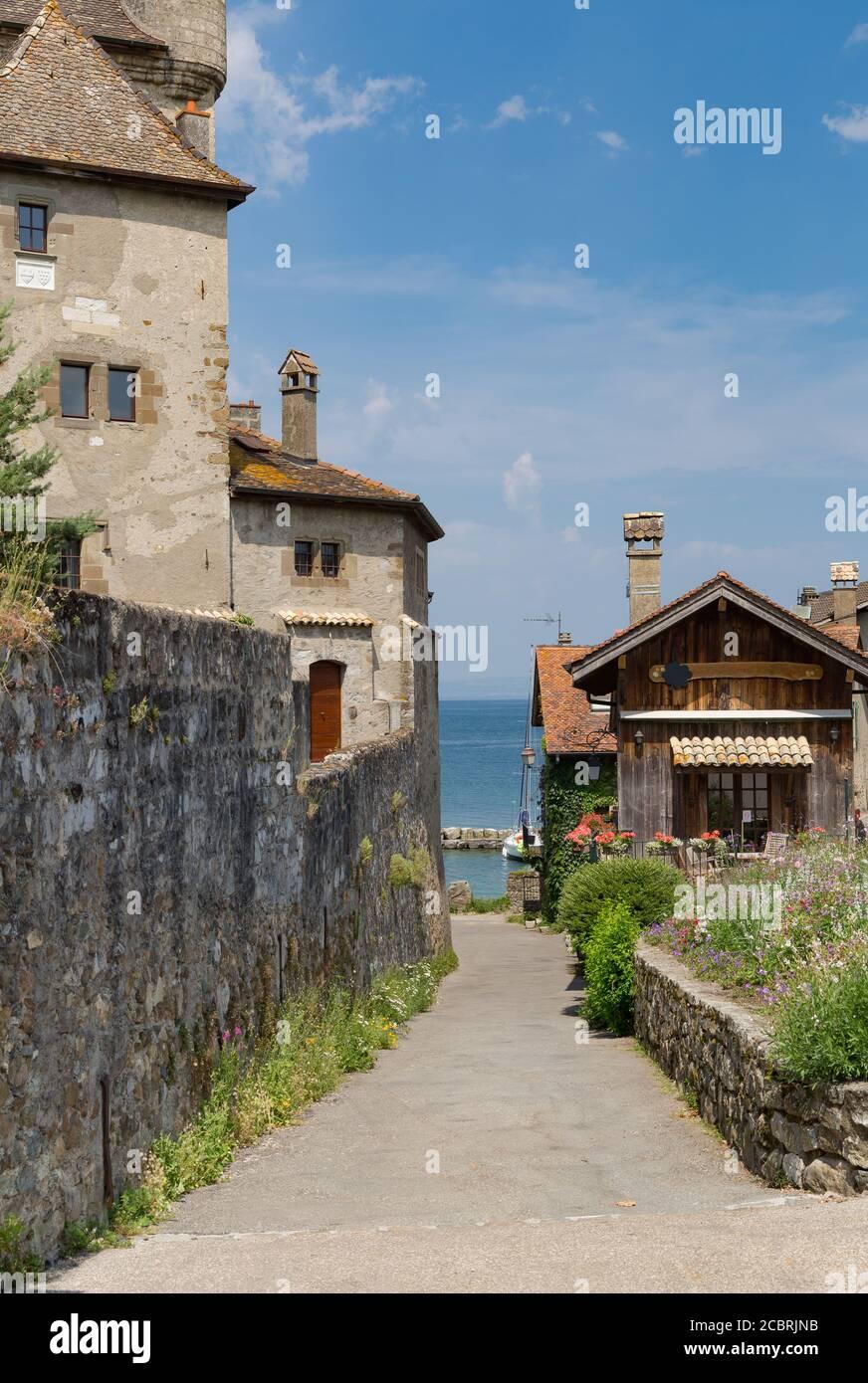 La cité médiévale d'Yvoire, située à l'est de la France sur la rive du lac de Genève, dans la province d'Auvergne-Rhône-Alpes et au ciel clair d'été Banque D'Images