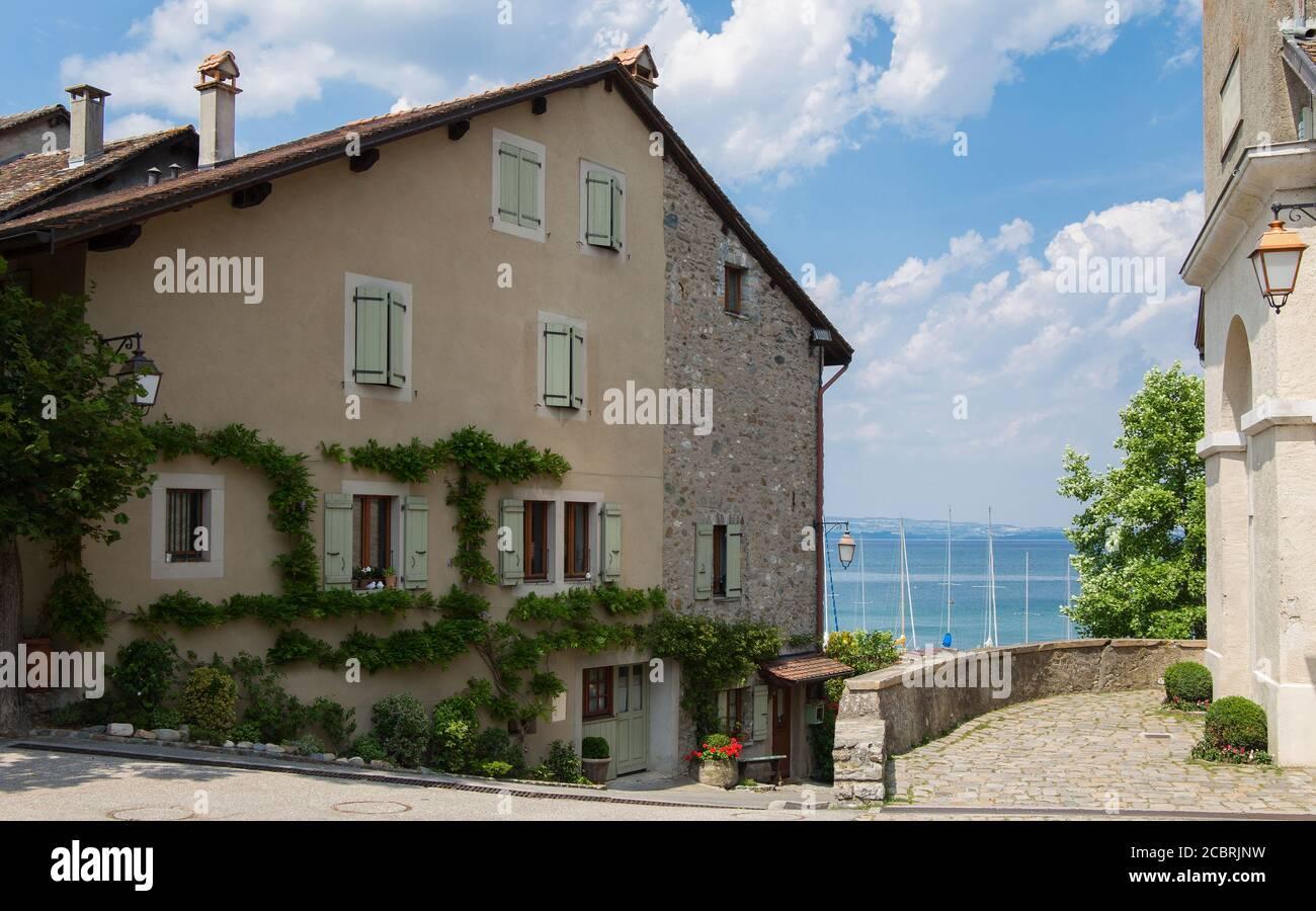 La cité médiévale d'Yvoire, située à l'est de la France sur la rive du lac de Genève, dans la province d'Auvergne-Rhône-Alpes et dans un magnifique ciel bleu d'été Banque D'Images