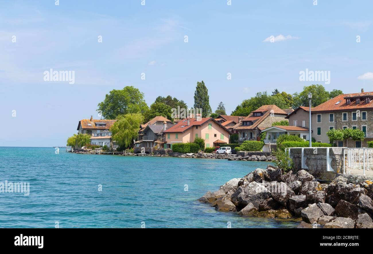 La cité médiévale d'Yvoire, située à l'est de la France sur la rive du lac de Genève, dans la province d'Auvergne-Rhône-Alpes et au ciel clair d'été. Banque D'Images