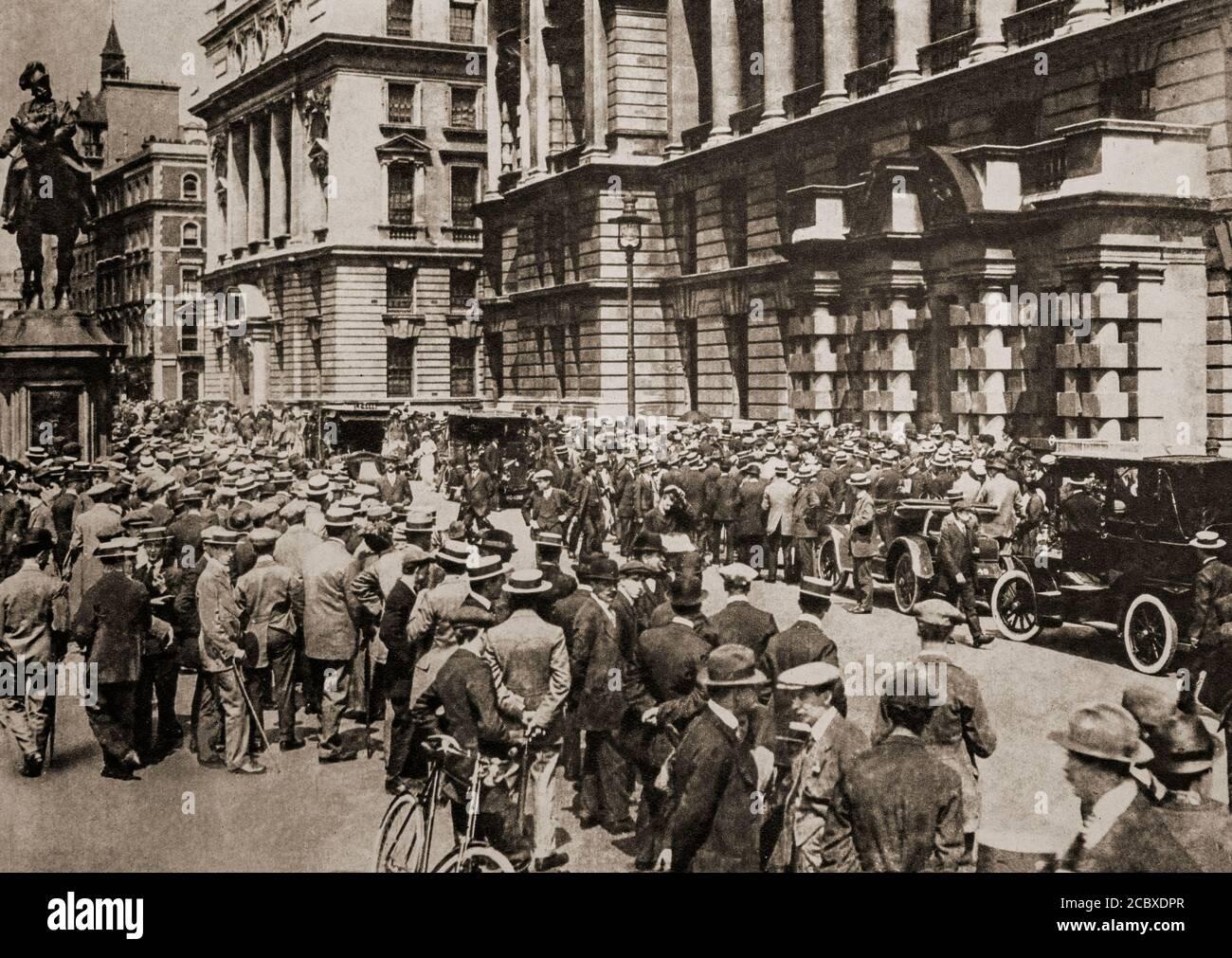 Des foules se rassemblent à Londres, le 4 août 1914, dans l'attente de nouvelles à la suite de l'invasion allemande de la Belgique. Il a suivi l'assassinat de l'archiduc François Ferdinand d'Autriche, héritier présomptif du trône austro-hongrois, à Sarajevo, le 28 juin 1914, par Gavrilo Princip, un serbe bosniaque, qui a finalement mené à la première Guerre mondiale Banque D'Images