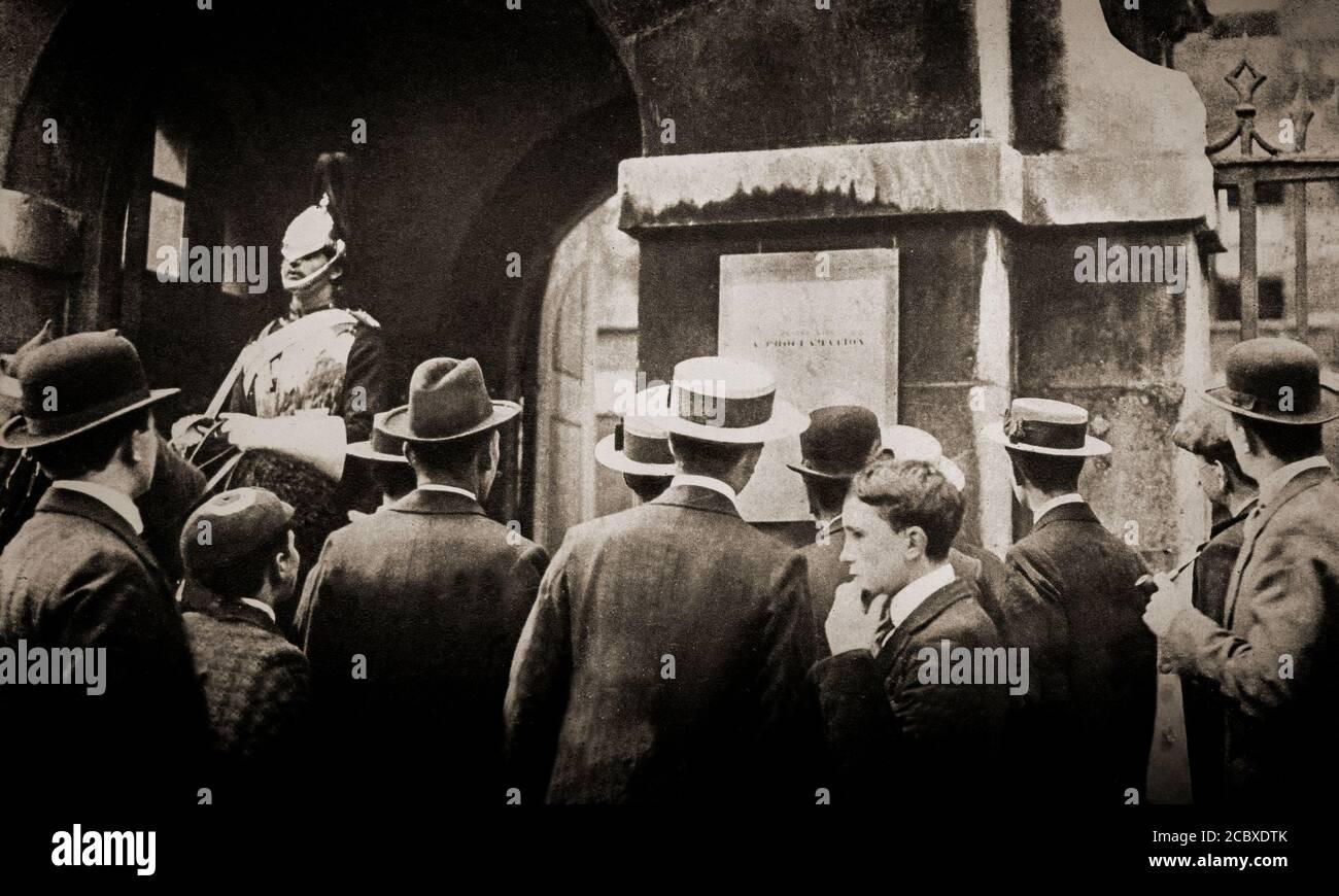 Des foules se rassemblent à Londres, le 5 août 1914, à la suite de la déclaration de guerre causée par l'invasion allemande de la Belgique. Elle fait suite à l'assassinat de l'archiduc François Ferdinand d'Autriche, héritier présomptif du trône austro-hongrois, à Sarajevo, le 28 juin 1914, par Gavrilo Princip, un serbe bosniaque. Banque D'Images