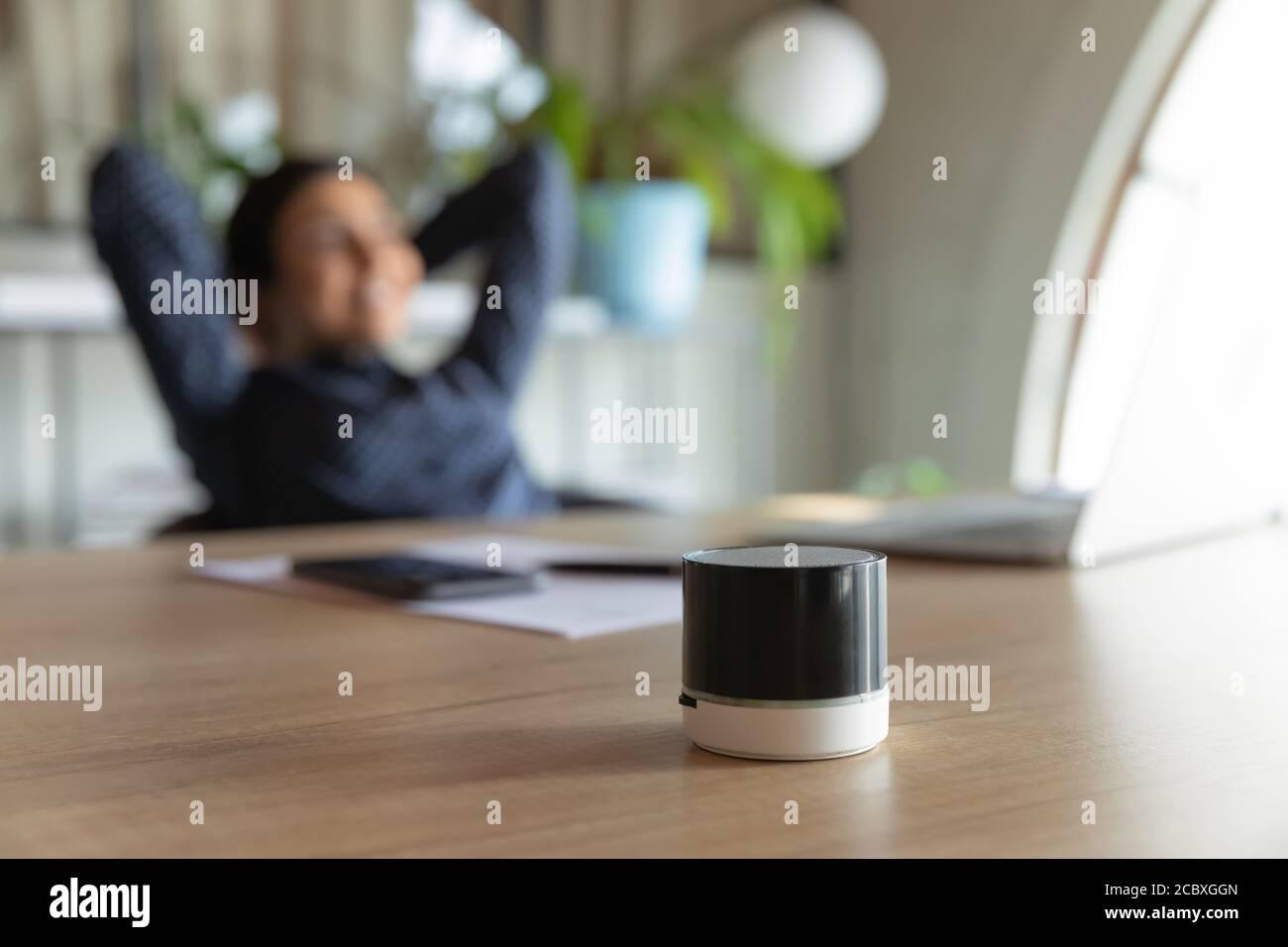 Gros plan sur le petit assistant numérique portable sur table. Banque D'Images