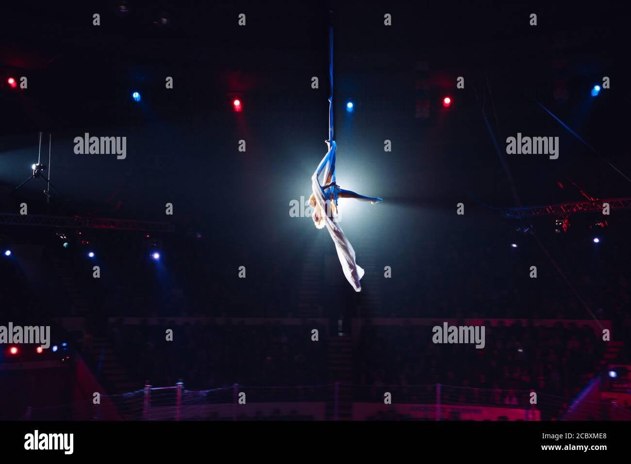 Acrobaties aériennes professionnelles de fille au Cirque. Banque D'Images