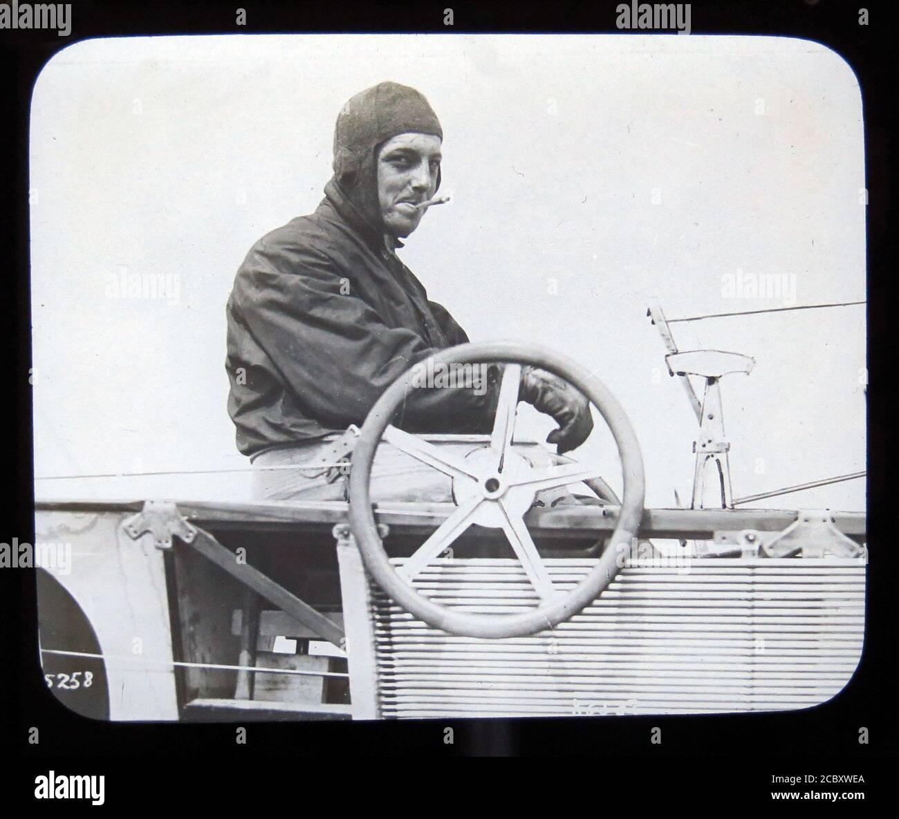 Une diapositive magique représentant l'aviateur anglo-français Hubert Latham, dans son monoplan Antoinette. Il a été la première personne à tenter de traverser la Manche dans un avion. En raison d'une panne de moteur lors de sa première des deux tentatives de traverser la Manche, il est devenu la première personne à atterrir un avion sur un plan d'eau. Diapositive publiée par W. Butcher & Sons, Londres et datant d'environ 1914. Banque D'Images