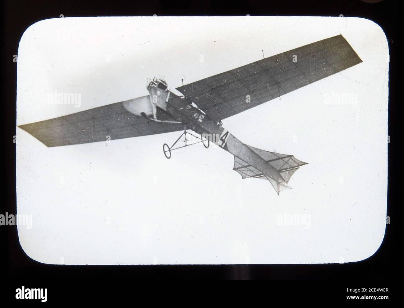 Une diapositive magique représentant le monoplan « Antoinette » d'Hubert Latham lors de la réunion aérienne de Blackpool en 1909, le premier spectacle aérien de Grande-Bretagne. Diapositive publiée par W. Butcher & Sons, Londres et datant d'environ 1914. Banque D'Images