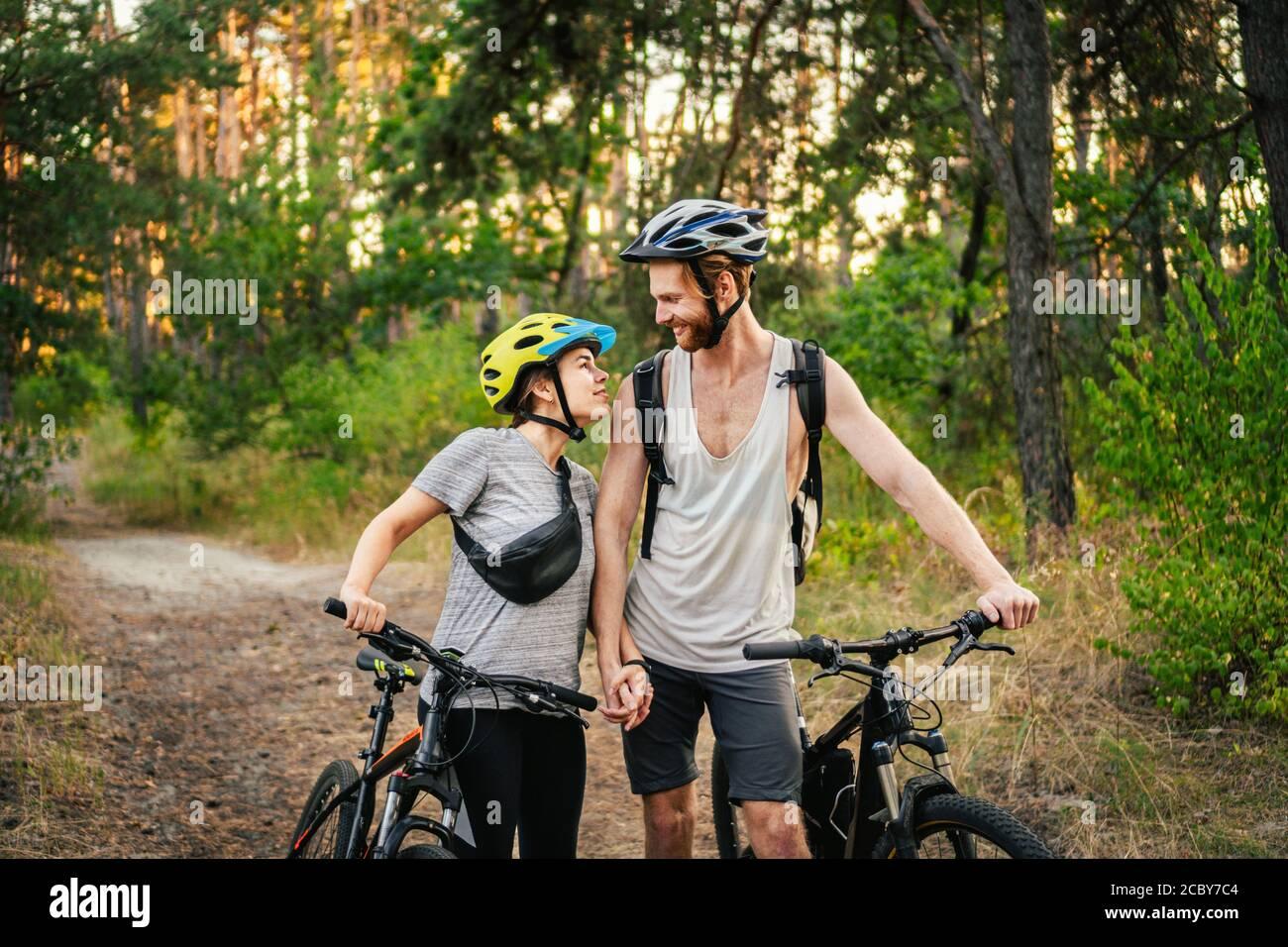 Vélo. Piste VTT MTB en couple. Activités sportives en plein air. Couple avec vélos dans la forêt. Ensemble en vélo dans la campagne. Romantique Banque D'Images