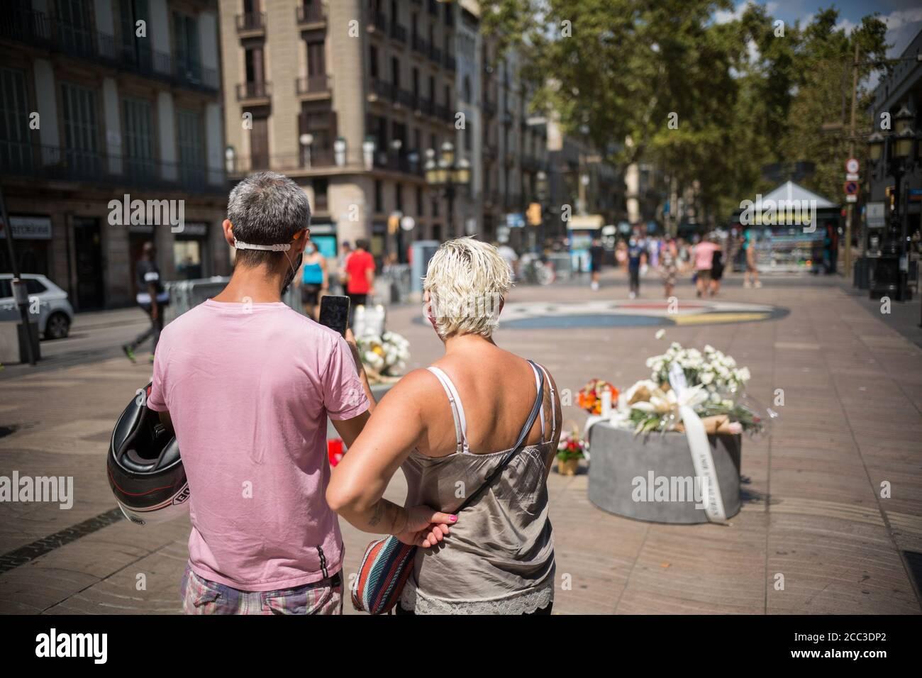 Un couple prend des photos des hommages rendus aux victimes de l'attaque de Barcelone.trois ans après l'attaque de Barcelone, un hommage aux victimes est rendu à Las Ramblas. Banque D'Images