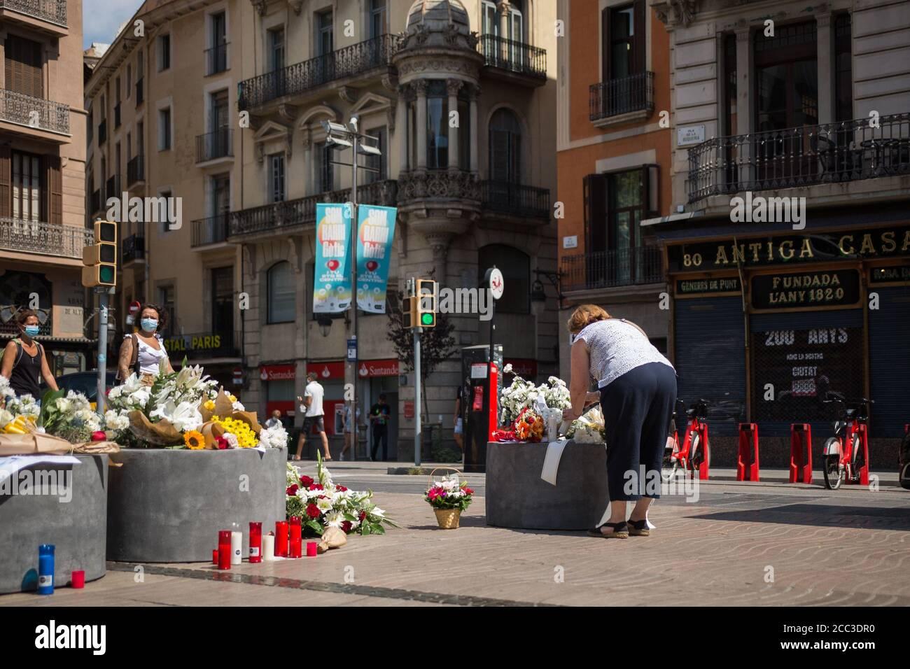 Une femme rend hommage aux victimes de l'attaque de Barcelone.trois ans après l'attaque de Barcelone, un hommage aux victimes est rendu à Las Ramblas. Banque D'Images